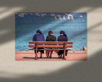 Trois religieuses au port de Port-Blanc sur Evert Jan Luchies