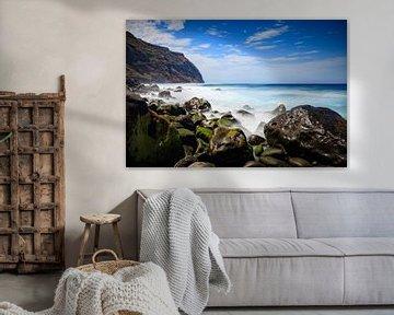 rotsige kust en woeste zee bij Porto Moniz van gaps photography