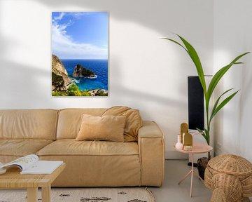 Rotswand aan zee op Griekenland (Griekenland) van Matthijs de Rooij