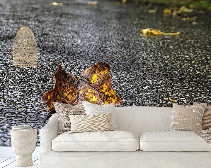 Sfeerimpressie behang: Herfstblad op nat asfalt van Frans Blok