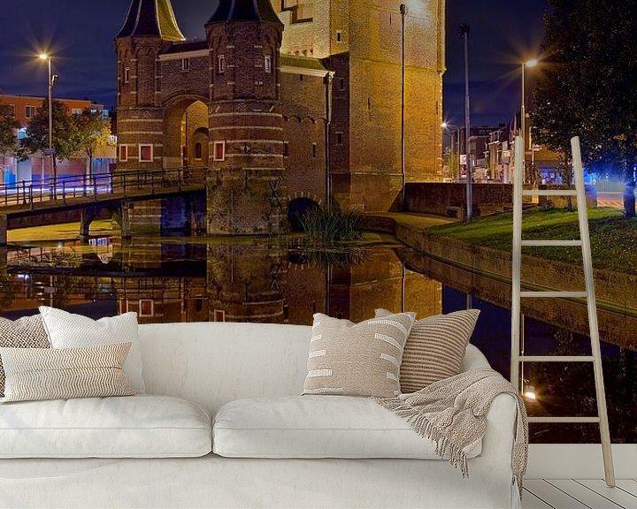 Sfeerimpressie behang: Nachtfoto Amsterdamse Poort te Haarlem van Anton de Zeeuw