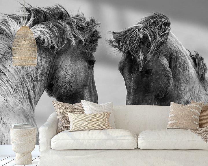 Sfeerimpressie behang: Vechtende wilde paarden van Inge Jansen