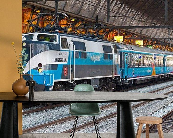 Sfeerimpressie behang: Panorama trein in Centraal Station Amsterdam van Anton de Zeeuw