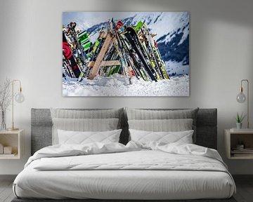 Ski's en snowboards tegen winters berglandschap van Dennis Kuzee