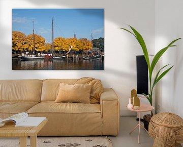 Schip in de haven met mooie herfstkleuren von Maurice de vries