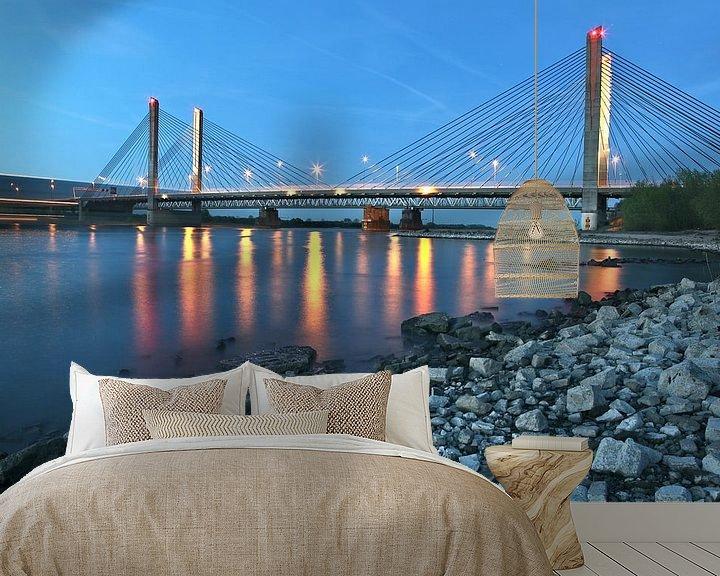 Sfeerimpressie behang: de brug Zaltbommel in avondschemer van Jasper van de Gein Photography