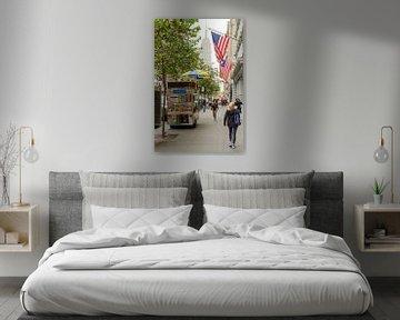 Typisch Amerikaans straatbeeld met zicht op Empire State Building vanaf 5th Avenue - New York van Jack Koning
