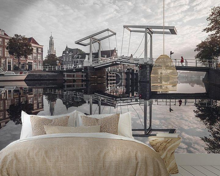 Sfeerimpressie behang: Haarlem: Gravestenenbrug. van Olaf Kramer