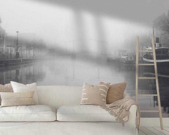 Sfeerimpressie behang: Haarlem: Gravenstenenbrug in de mist. van Olaf Kramer