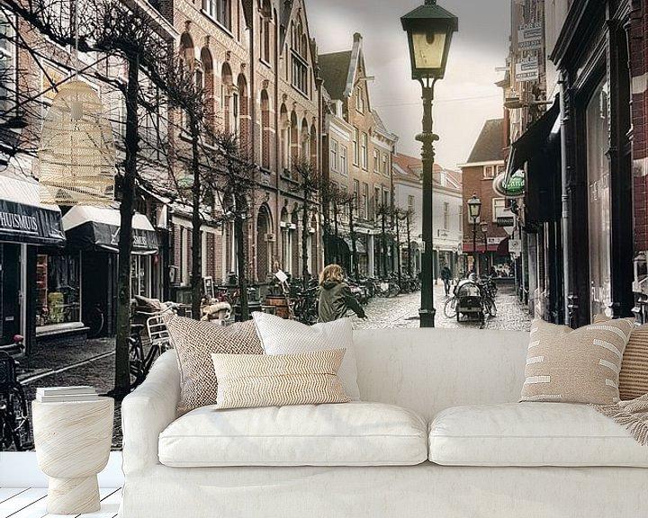 Sfeerimpressie behang: Haarlem: Warmoesstraat na de bui. van Olaf Kramer