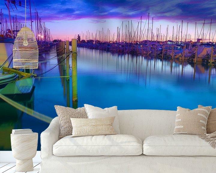 Sfeerimpressie behang: Jachthaven in La Grande Motte na zonsondergang van 7Horses Photography