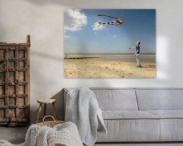 Jongen met vlieger op het strand van Pieter Korstanje