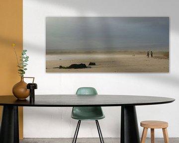 Strand met dreigende lucht van Jos van Ooij