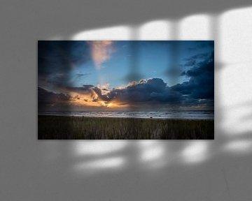 Zonsondergang tijdens een winterstorm 01 van Arjen Schippers