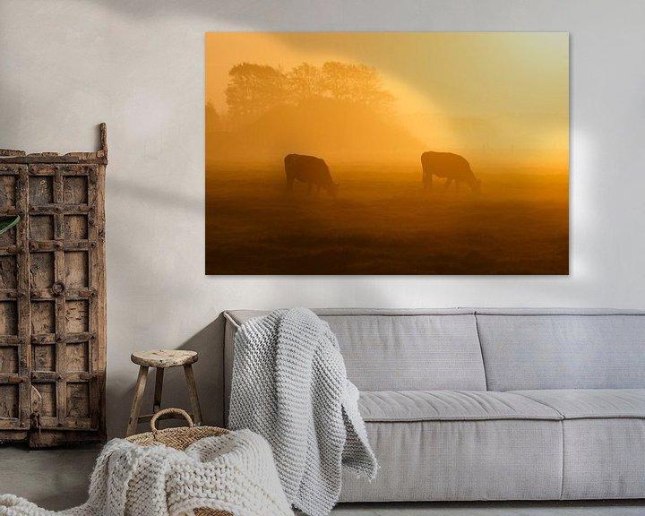 Sfeerimpressie: twee koeien in de mist van Pim Leijen