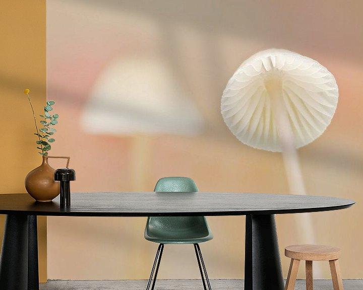 Sfeerimpressie behang: Flirtation (Twee witte paddenstoeltjes) van Caroline Lichthart