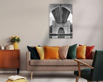 Blik op de onderkant van de brug bij Eibersburen, in zwart/wit. van Tim Groeneveld