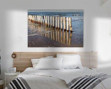 houten golfbreker palen bij kust Cadzand-bad - no. 1 van Arnoud Kunst