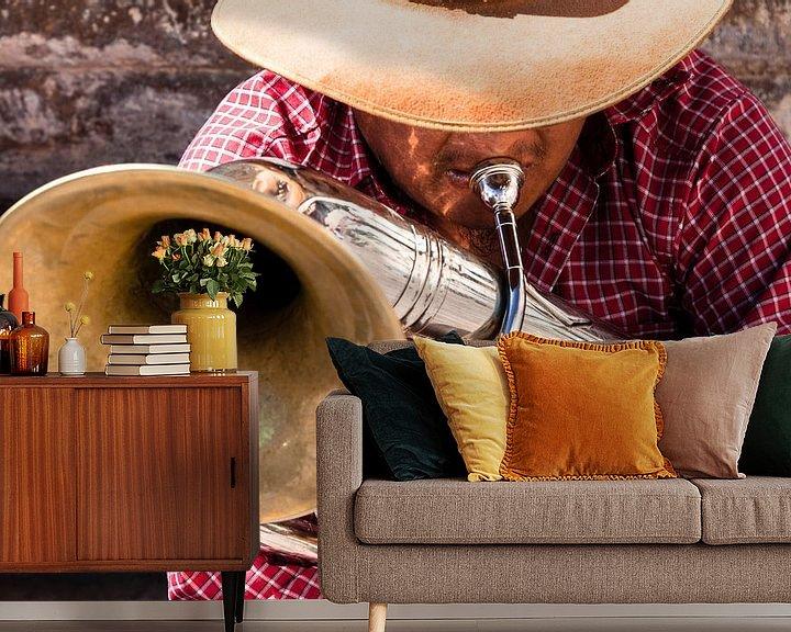 Beispiel fototapete: Ein Musiker spielt eine Melodie auf seinem Blasinstrument von Bart van Eijden