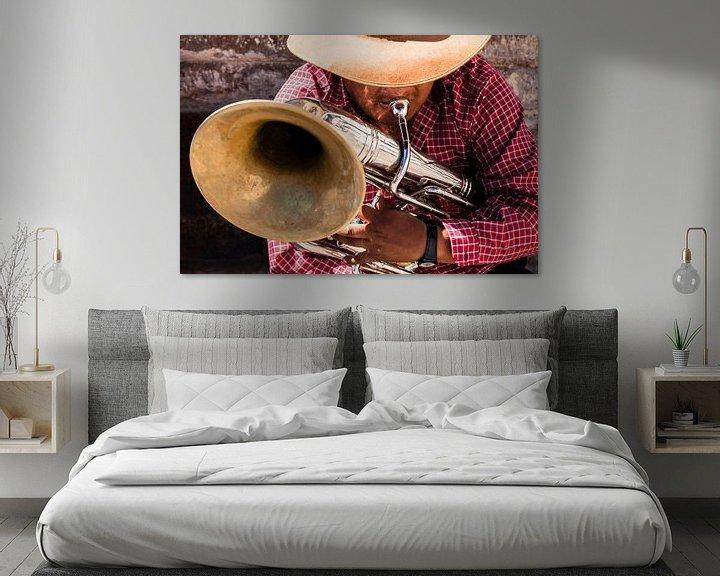 Beispiel: Ein Musiker spielt eine Melodie auf seinem Blasinstrument von Bart van Eijden