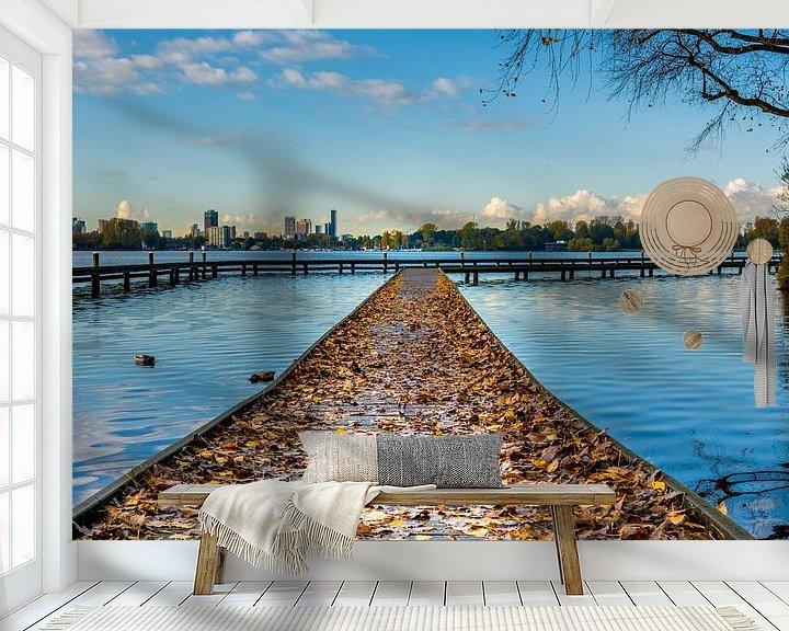 Sfeerimpressie behang: Steiger met herfstbladeren van Arthur Wolff