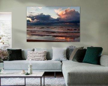 Donkere wolken bij zonsondergang boven de Noordzee van Simone Janssen