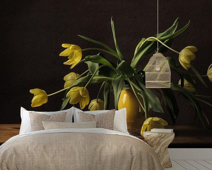 Sfeerimpressie behang: Stilleven tulpen van Monique van Velzen