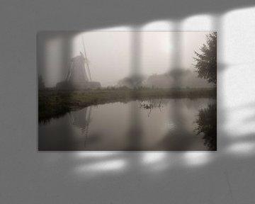 Molen De Bataaf in Winterswijk in ochtendmist van Tonko Oosterink