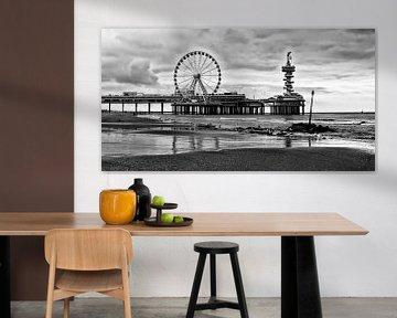 Pier Scheveningen Den Haag mit Riesenrad in schwarz und weiß von Groothuizen Foto Art