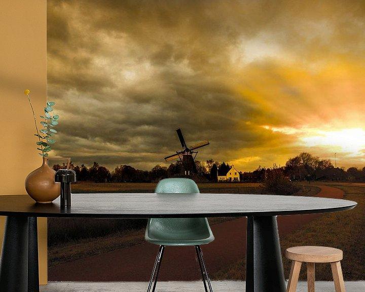 Sfeerimpressie behang: Avondlicht op een windmolen  van Brian Morgan