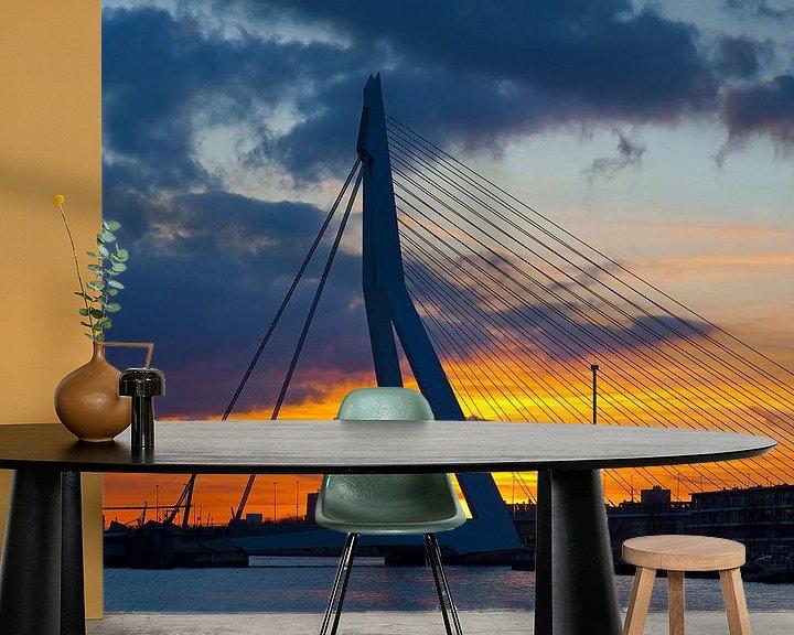 Sfeerimpressie behang: Erasmusbrug met wolken tijdens zonsondergang te Rotterdam van Anton de Zeeuw