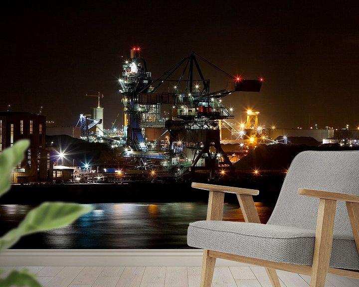 Sfeerimpressie behang: Nachtelijke industrie in de Haven van Guido Akster