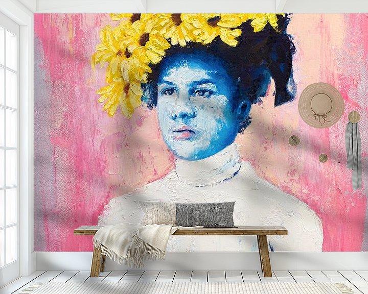 Sfeerimpressie behang: Sarie Blue - Blauwe dame met zonnebloemen van Anouk Maria van Deursen