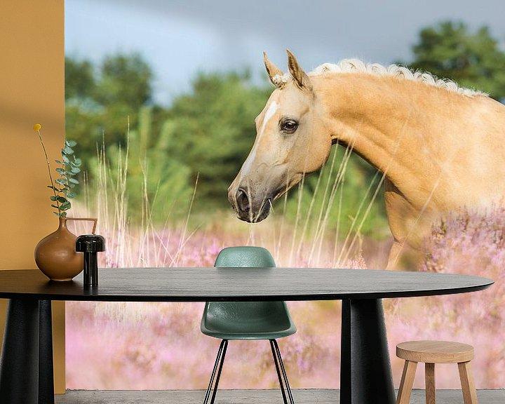 Sfeerimpressie behang: Paard in de roze heide van Yvette Baur