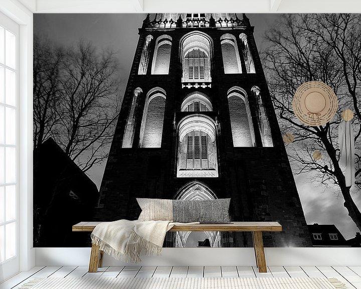 Sfeerimpressie behang: Domtoren in Utrecht gezien vanaf het Domplein, ZWART-WIT van Donker Utrecht