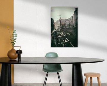 Nostalgisch beeld van De Maartensbrug in Utrecht over de Oudegracht op een koude herfstdag