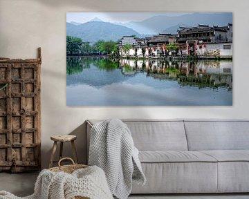 Chinees dorp in de bergen met weerspiegeling in het water van Patrick Lauwers