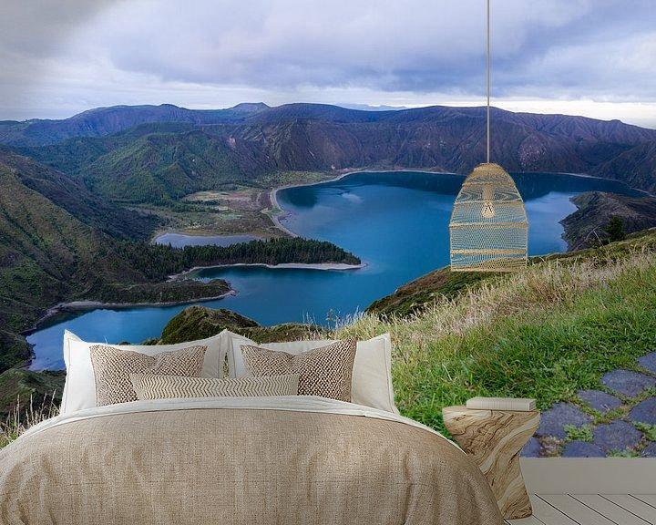 Sfeerimpressie behang: Het groenblauwe kratermeer Lagoa do Fogo op São Miguel, Azoren, Portugal  van Arline Photography