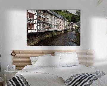 Rivier in Monschau met kleurige vakwerkhuizen van Paul Franke