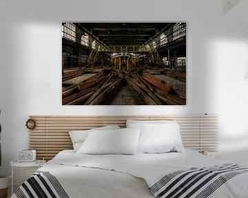 Symmetrische Schienen mit Lichtfalle in stillgelegter Fabrik von Sven van der Kooi (kooifotografie)