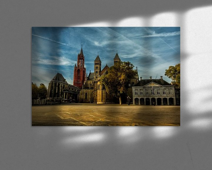 Sfeerimpressie: Vrijthof met blauwe wolken in Maastricht van Geert Bollen