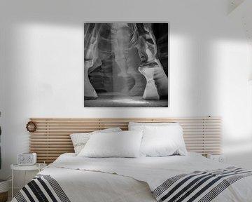 ANTELOPE CANYON Colonne lumineuse II | Monochrome sur Melanie Viola