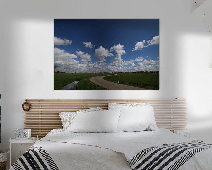 Sfeerimpressie: Polderweg met prachtige blauwe lucht van Paul Franke