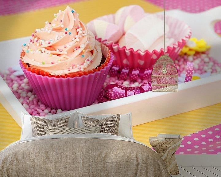 Sfeerimpressie behang: Roze cupcake met spekjes ernaast van Patricia Verbruggen