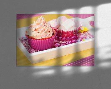 Roze cupcake met spekjes ernaast van Patricia Verbruggen