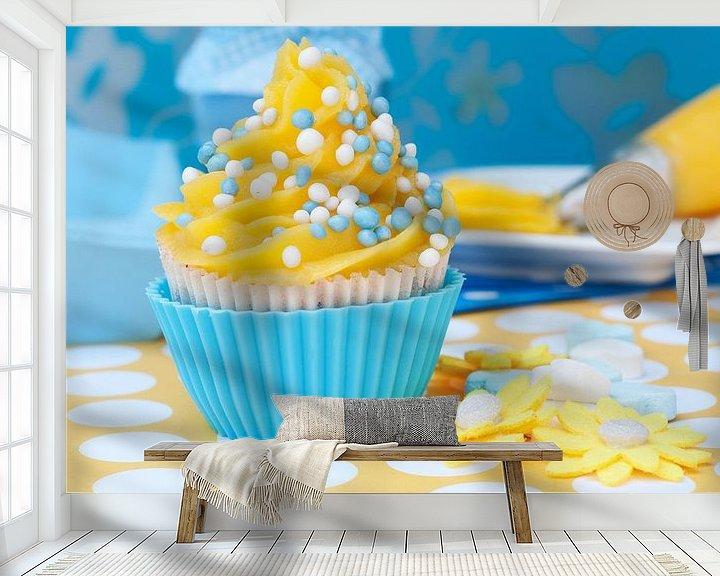 Sfeerimpressie behang: cupcake setting met blauw gele cupcake van Patricia Verbruggen