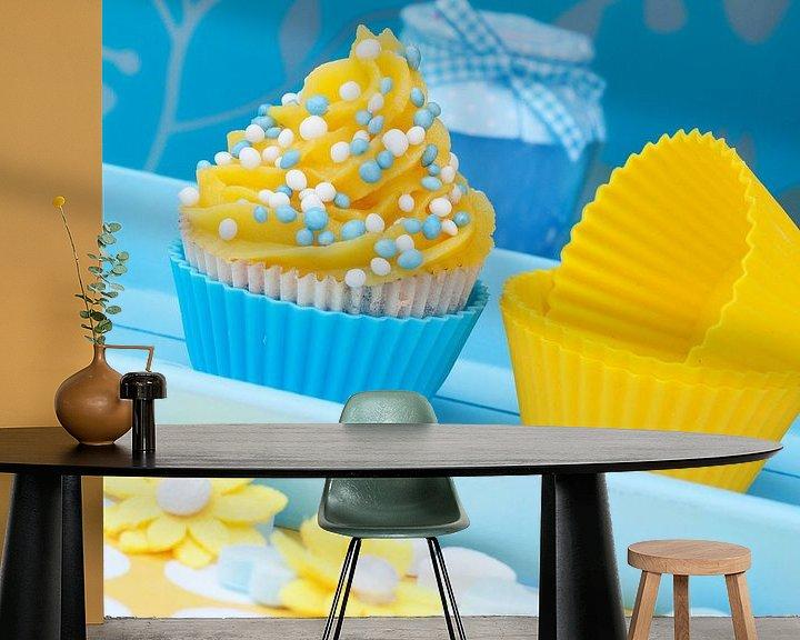 Sfeerimpressie behang: blauw gele cupcake setting van Patricia Verbruggen