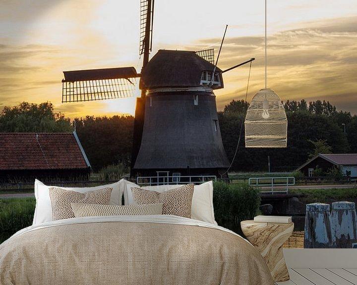 Sfeerimpressie behang: Hollandse Molen in Zonsondergang van Paul Franke