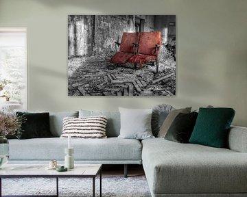 Lieu abandonné - Fauteuil rouge sur Carina Buchspies