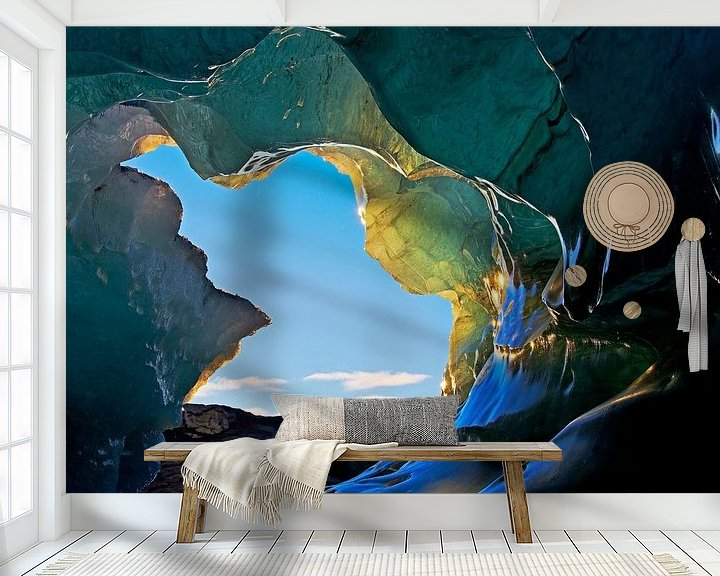 Sfeerimpressie behang: Ingang ijsgrot onder een gletsjer in IJsland van Anton de Zeeuw